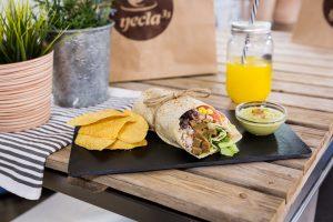 burrito vegano con seitán, lechuga, pico de gallo, arroz con lima y maíz.
