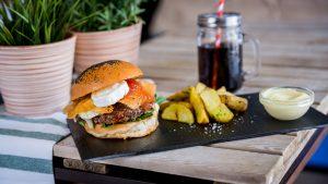 hamburguesa con queso de cabra y salsa de tomate