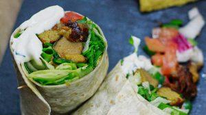 Burrito de seitán con salsa kebab vegana, pico de gallo y lechuga